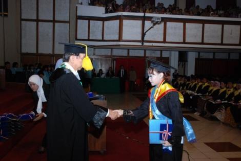 Saya meraih gelar Sarjana Hukum di UNS (Universitas Negeri Sebelas Maret Surakarta).